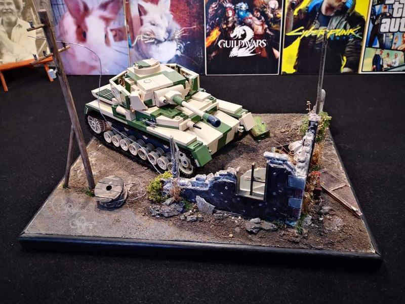 COBI Panzer IV (2508) vor einer alten Hausruine